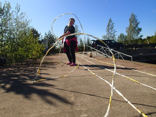 Suvi straightening the 300 meter transect rope. (Photo: Metsähallitus / Lari Järvinen)