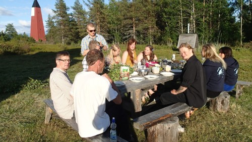 The dinner before Pookitanssit dance! The day was beautiful and there were very few mosquitoes, a rarity on that island. (Photo: Metsähallitus)